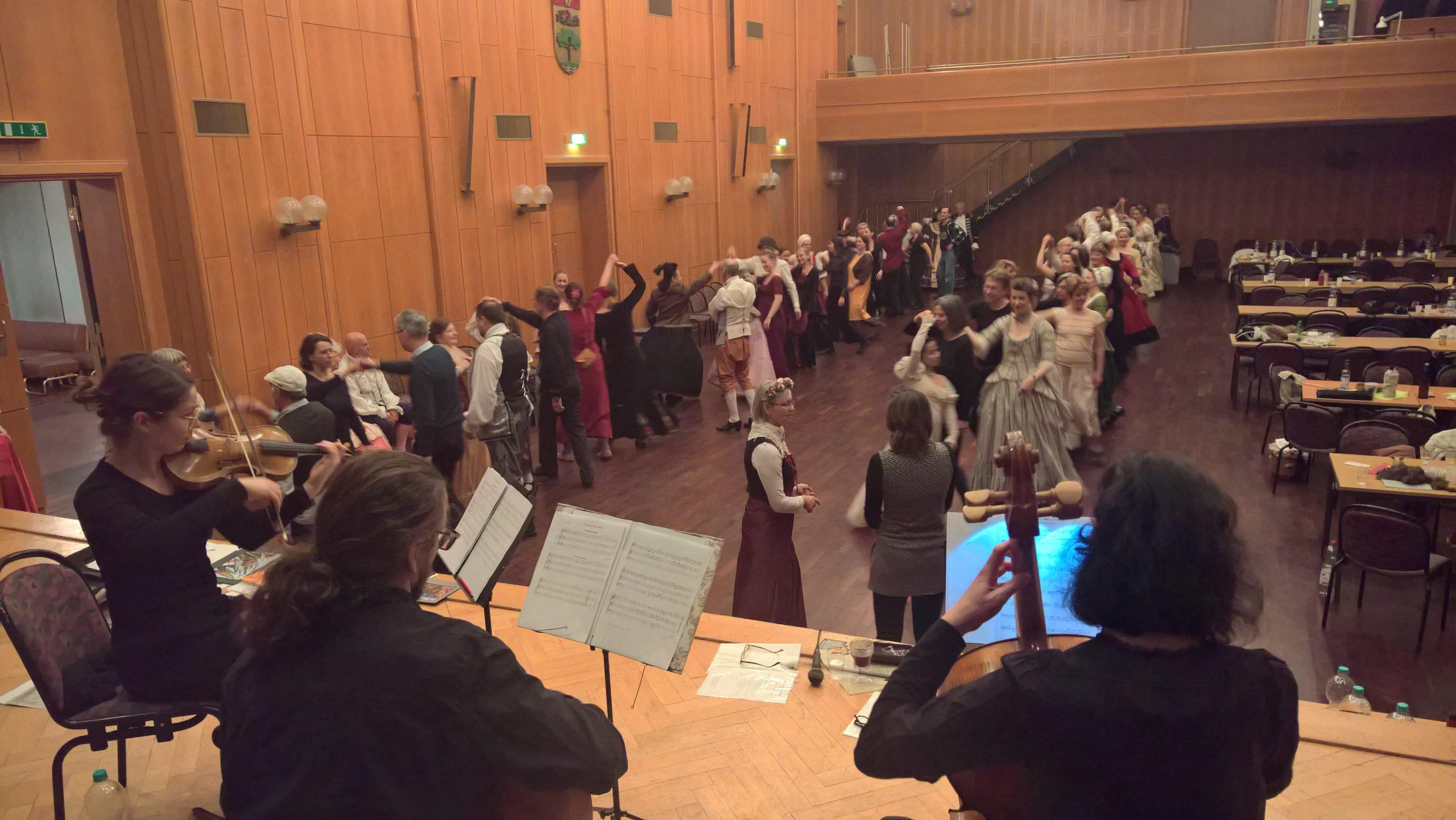 Blick von der Bühne in den vollen Saal